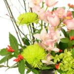 【お正月アレンジメント】華やかに新春を飾ります:シンビジュームの花びらを広げて開花