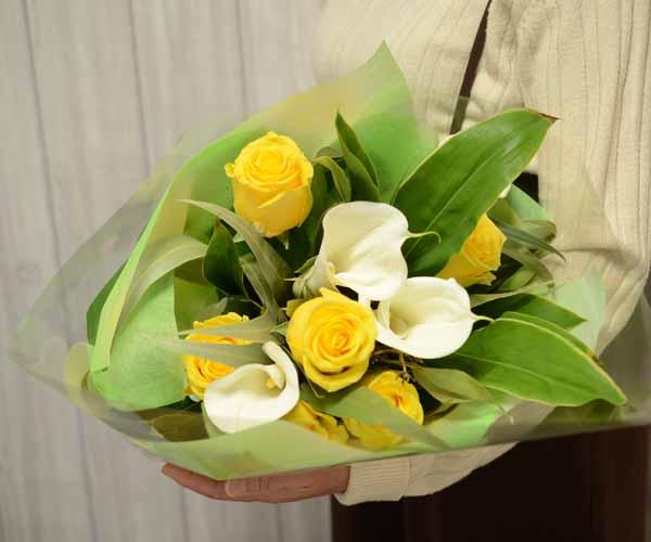 バラとカラーの花束